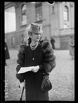 "Elegant woman attending the Prix Richard et Robert Hennessy and Prix Beugnot at the Auteuil racecourse. Paris (XVIth arrondissement), on March 5, 1939. Photograph from the collections of the newspaper ""Excelsior"". © Excelsior – L'Equipe/Roger-Viollet"