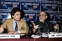 Abbé Pierre (Henri Grouès, 1912-2007), French ecclesiastic, and Bernard Tapie (born in 1943), French politician and businessman, during a debate at Europe 1 radio station. Paris, 1984. © Roger-Viollet