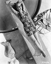 Bette Davis (1908-1989), American actress, sunbathing, in the 1930's. © Roger-Viollet