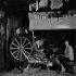 La fermière au rouet. Elle ne parle que le breton, n'ayant jamais été en classe. Les petites filles gardaient les moutons dès leur plus jeune âge. 1960. Photographie de Janine Niepce (1921-2007). © Janine Niepce / Roger-Viollet