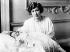 La princesse Mary du Royaume-Uni (1897-1965) et son fils, George Lascelles (1923-2011), dans leur résidence de Harewood House. Angleterre, 9 mars 1923. © PA Archive/Roger-Viollet