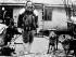 Robert Peary (1856-1920), explorateur polaire américain, à bord d'un bateau avec ses chiens. © Albert Harlingue / Roger-Viollet