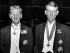 John Hunt (1910-1998), alpiniste britannique, et Sir Edmund Hillary (1919-2008), alpiniste et explorateur néo-zélandais portant les médailles reçues par la Reine d'Angleterre pour leur ascension de l'Himalaya. 1953. © Ullstein Bild / Roger-Viollet