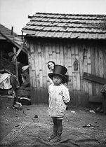 Child in a shanty town. Paris, circa 1900. © Albert Harlingue/Roger-Viollet