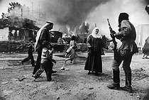 Lebanese Civil War (1975-1990). In January, the Christian Falangists attacked Palestinians who took refuge in barracks of the Quarantine district since 1947. With this photograph, Françoise Demulder was the first woman to get the biggest award: the World Press in 1977. Beirut (Lebanon), on January 19, 1976. © Françoise Demulder / Roger-Viollet