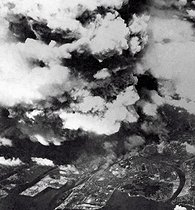 World War II. Aerial view of the smoke after the dropping of the atomic bomb on Hiroshima. Japan, on August 6, 1945. © Bilderwelt/Roger-Viollet