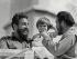 Fidel Castro (1926-2016), homme d'Etat et révolutionnaire cubain, Che Guevara (Ernesto Rafael Guevara, 1928-1967), révolutionnaire cubain d'origine argentine, et sa fille Aleida (née en 1960). Cuba, vers 1963. © Imagno / Roger-Viollet