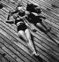 Jeune couple bronzant en maillots de bain, 1930. Photographie de Gotthard Schuh (1897-1969). © Gotthard Schuh/Fotostiftung Schweiz/KEYSTONE Suisse/Roger-Viollet