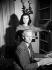 Laurence Olivier (1907-1989), acteur et réalisateur anglais et sa femme Vivien Leigh (1913-1967) actrice britannique, chez eux. Londres (Angleterre), 11 juin 1947. © PA Archive / Roger-Viollet