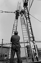 Railwaymen repairing some catenaries near the Drancy train station (France), April 1970. Photograph by Léon Claude Vénézia (1941-2013). © Léon Claude Vénézia / Roger-Viollet