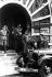 Adolf Hitler (1889-1945), homme d'Etat allemand, visitant la brasserie Bürgerbräukeller détruite lors de l'attentat manqué contre lui. Munich (Allemagne), 11 novembre 1939. © Ullstein Bild / Roger-Viollet