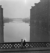 Couple along the Ourcq canal. Paris, circa 1950. © Gaston Paris / Roger-Viollet