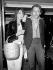 Jane Birkin (née en 1946), actrice et chanteuse anglaise et son mari Serge Gainsbourg (1928-1991), chanteur et auteur-compositeur français. Londres (Angleterre), aéroport d'Heathrow, 25 avril 1977. © PA Archive / Roger-Viollet