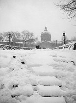 The pont des Arts covered with snow. Paris (VIth arrondissement), February 1946. © Roger-Viollet