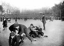 Fall of skaters at the bois de Boulogne. Paris, January 1907.  © Jacques Boyer/Roger-Viollet