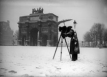 Photographer in front of the triumphal arch of the Carrousel. Paris (Ist arrondissement), January 1941. © Agence LAPI/LAPI/Roger-Viollet