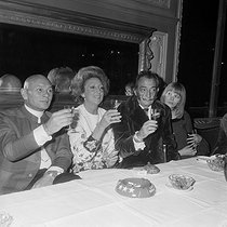 Salvador Dali (1904-1969), Spanish painter with Yul Brynner (1915-1985), Russian-born American actor, and Amanda Lear. © Jacques Cuinières / Roger-Viollet