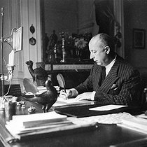 Christian Dior (1905-1957), French fashion designer. © Roger-Viollet