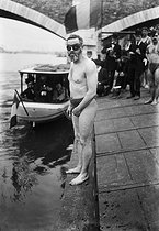 Thomas Burgess (1872-1950), English swimmer who completed a record swim of the English Channel on September 6, 1911. Here taking part in the Swimming across Paris, on July 3rd, 1910. © Maurice-Louis Branger/Roger-Viollet