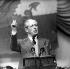 Harold Macmillan (1894-1986), homme politique et éditeur britannique, prononçant un discours concernant les avantages d'une Europe unie afin de rivaliser avec l'URSS et l'Amérique, lors du dernier jour de conférence du parti conservateur. Llandudno (Pays de Galles), 14 octobre 1962. © TopFoto / Roger-Viollet