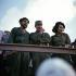 Anniversaire de la révolution cubaine. Che Guevara (Ernesto Rafael Guevara, 1928-1967), révolutionnaire cubain d'origine argentine, Raoul Castro (né en 1931) et sa femme. Santiago de Cuba (Cuba), 26 juillet 1964. © Ullstein Bild / Roger-Viollet