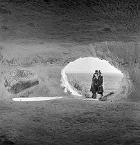Camping and Culture association. Cave dwelling in the Haute-Isle cliff. La Roche-Guyon (France), 1936-1938. Photograph by Marcel Cerf (1911-2010). Bibliothèque historique de la Ville de Paris. © Marcel Cerf/BHVP/Roger-Viollet