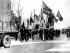 Gardes rouges portant drapeaux et portraits de Mao Zedong, défilant dans une rue de Pékin. Décrit aujourd'hui par un journal japonais avec la prise de pouvoir de la radio de Pékin par les gardes rouges. 14 janvier 1967. © TopFoto/Roger-Viollet