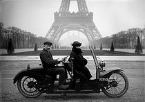 Moto biplace au Champ-de-Mars. Paris, 1922. © Jacques Boyer / Roger-Viollet