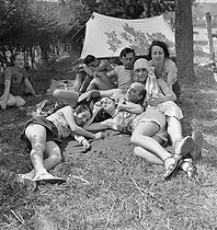 Camping and Culture association. Draveil (France), 1936-1938. Photograph by Marcel Cerf (1911-2010). Bibliothèque historique de la Ville de Paris. © Marcel Cerf/BHVP/Roger-Viollet