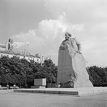 Statue of Karl Marx (1818-1883), German social theorist and revolutionary. Moscow (USSR), August 1965. © Anne Salaün / Roger-Viollet