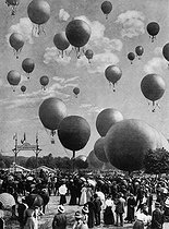 Balloons launched at the Bois de Vincennes during the 1900 World Fair in Paris. Blondel Collection. French National Library. © Collection Roger-Viollet / Roger-Viollet