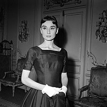 "Shooting of ""Love in the Afternoon"", film by Billy Wilder (1957). Audrey Hepburn (dressed by Hubert de Givenchy). United States, on October 6, 1956. © Alain Adler / Roger-Viollet"