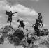 Enfants dans les rochers. Parc des Buttes-Chaumont. Paris, vers 1960. © Gaston Paris / Roger-Viollet
