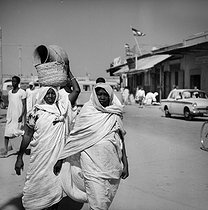 Women going to the market. Omdurman (Sudan), January 1966. © Roger-Viollet