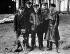 Guerre 1914-1918. Manfred von Richthofen (1892-1918), aviateur allemand, entouré de soldats et de son chien. © TopFoto/Roger-Viollet