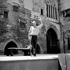 """Jean Vilar ( 1912-1971), acteur et metteur en scène français, répétant """"Cinna"""" de Pierre Corneille (1606-1684). Festival d'Avignon,  juillet 1954.     © Studio Lipnitzki/Roger-Viollet"""