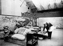 """Claude Monet (1840-1926), French painter, working on his """"Nymphéas"""", in his studio. Giverny (France). Photograph by Henri Manuel (1874-1947). © Henri Manuel / Collection Harlingue / Roger-Viollet"""