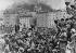 Forces allemandes acclamées par la foule après l'annexion de l'Autriche par l'Allemagne. Salzbourg (Autriche), 13 mars 1938. © The Image Works / Roger-Viollet
