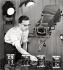 Ernst Hahn, photographe allemand, présentant des appareils photo de la marque Kodak. Stuttgart (Allemagne), vers 1950. Photographie d'Ernst Hahn. © Ernst Hahn / Ullstein Bild / Roger-Viollet