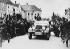 Anschluss. Arrivée d'Adolf Hitler (1889-1945), homme d'Etat allemand, à Braunau (Autriche), 12 mars 1938. © Ullstein Bild / Roger-Viollet