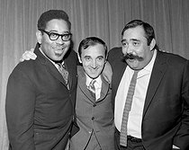 Dizzy Gillespie (1917-1993), American jazz musician, singer and conductor, Charles Aznavour (1924-2018), Armenian-born French singer-songwriter and actor, and Moustache (1928-1987), French jazz actor and musician. New York (United States), March 1963. © Claude Poirier / Roger-Viollet