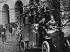 Révolution d'octobre 1917. Gardes rouges sur des chars d'assaut devant l'institut Smolny. Petrograd (actuelle Saint-Petersbourg, Russie), octobre 1917. © Ullstein Bild/Roger-Viollet