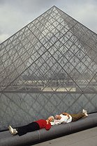 Louvre museum. The Pyramid. Architect : Ieoh Ming Pei (1917-2019). Paris (Ist arrondissement), 1991. © Jean-Pierre Couderc / Roger-Viollet