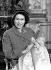 La princesse Elisabeth d'Angleterre tenant dans ses bras son fils, le prince Charles, le jour de sa naissance. Londres (Angleterre), palais de Buckingham, 15 décembre 1948. © TopFoto/Roger-Viollet