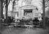 Une représentation du guignol des Champs-Elysées. Paris, 1907. © Jacques Boyer/Roger-Viollet