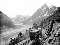Chamonix-Mont-Blanc (Haute-Savoie). The glacier and the railroad of Montenvers.   © CAP/Roger-Viollet