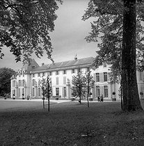 The Château de Malmaison (built in 1622 and reorganized in 1799). Napoleon I and Josephine de Beauharnais used to live there. It later became a Napoleonic museum. Rueil-Malmaison (France), August 1953. © Roger-Viollet