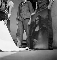 Opening of the box protecting the Mona Lisa, one year after its return at the Louvre Museum. Paris, 1946. © Pierre Jahan / Roger-Viollet