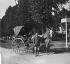 Camps-en-Amienois : Alphonse Lejeune et le docteur Verrier dans sa carriole. Photographie de Paul Lhuillier (1860-1943). Paris, bibliothèque de l'Hôtel de Ville.  © BHdV / Roger-Viollet