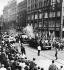 Printemps de Prague. Jeunes tchécoslovaques s'avançant en camion devant des chars soviétiques pour protester contre l'entrée des troupes du pacte de Varsovie en Tchécoslovaquie. Prague, 21 août 1968. © Ullstein Bild / Roger-Viollet